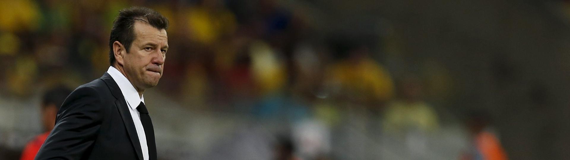 Dunga observa a partida do Brasil contra o Uruguai