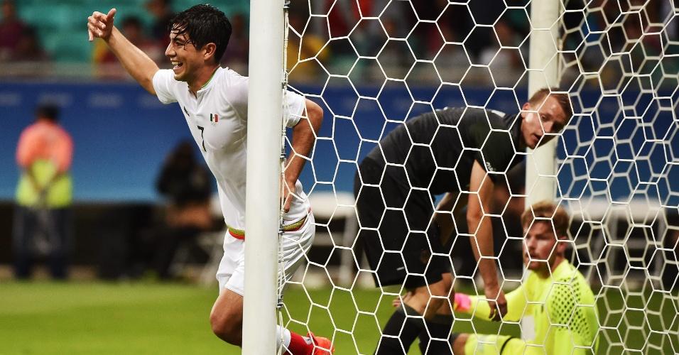 Pizarro comemora gol na estreia da seleção mexicana pela Olimpíada