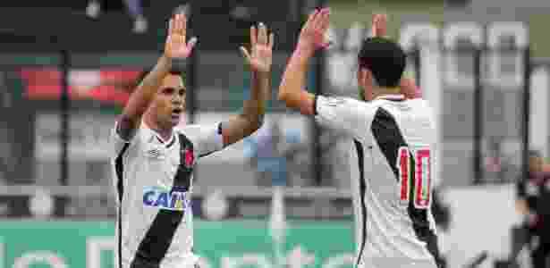 Felizes com os olhares de Tite, Éderson e Nenê celebraram a vitória do Vasco - Paulo Fernandes/Vasco