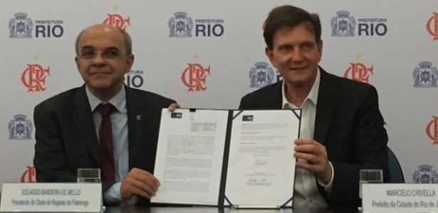 Bandeira de Mello e Marcelo Crivella mostram protocolo assinado