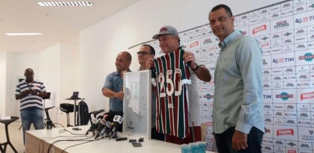 O técnico Abel Braga recebe camisa e placa pelos 250 jogos no comando do Fluminense