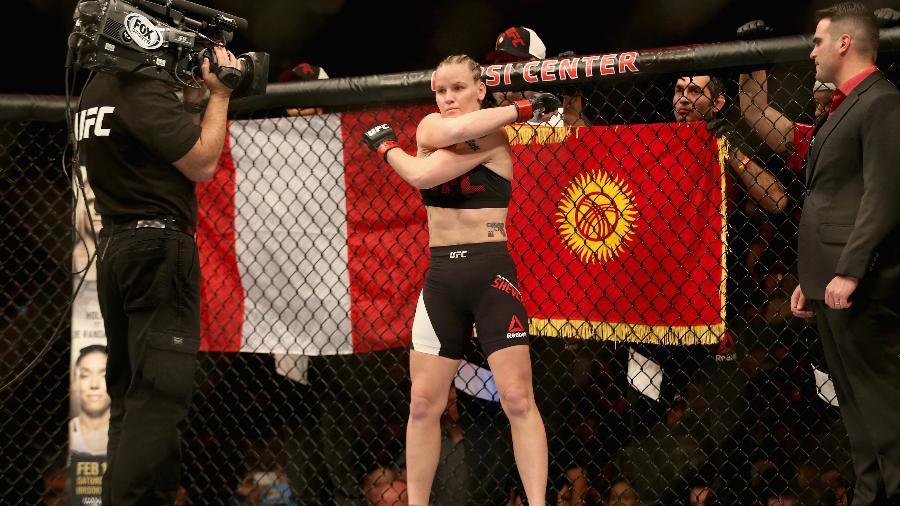 Valentina Shevchenko entra nas lutas do UFC com as bandeiras do Peru e do Quirguistão - Matthew Stockman/Getty Images
