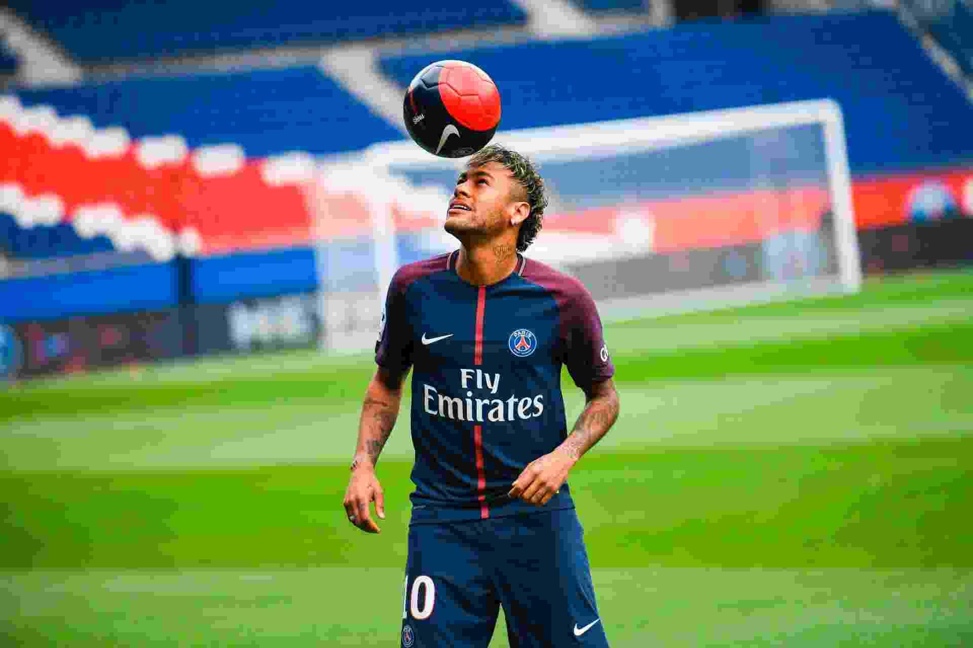 Neymar bate bola durante a apresentação oficial no PSG - AFP PHOTO / Lionel BONAVENTURE