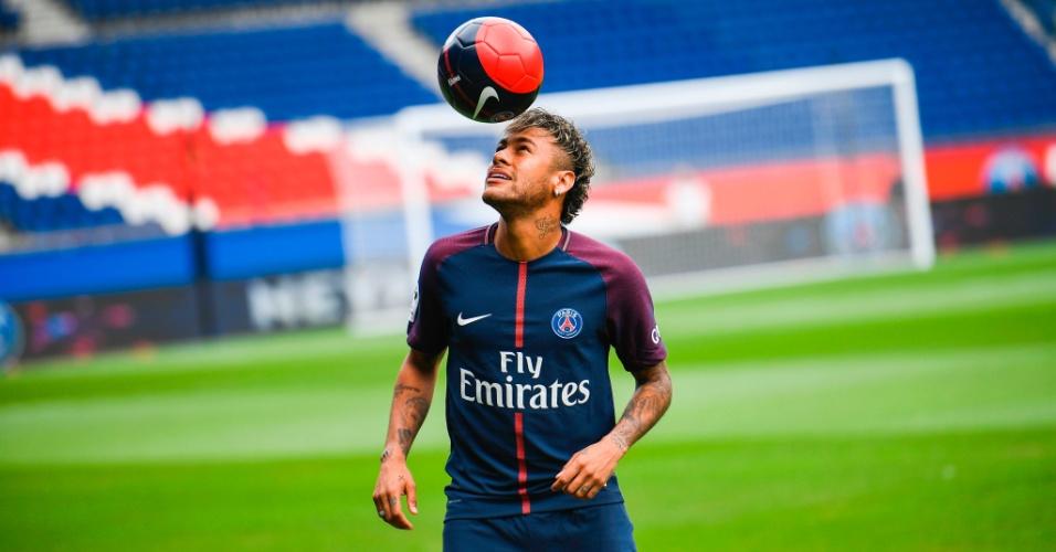 Neymar bate bola durante a apresentação oficial no PSG