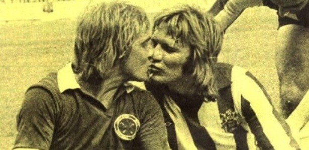A famosa foto do beijo de Alan Birch (esq.) e Tony Currie (dir.)