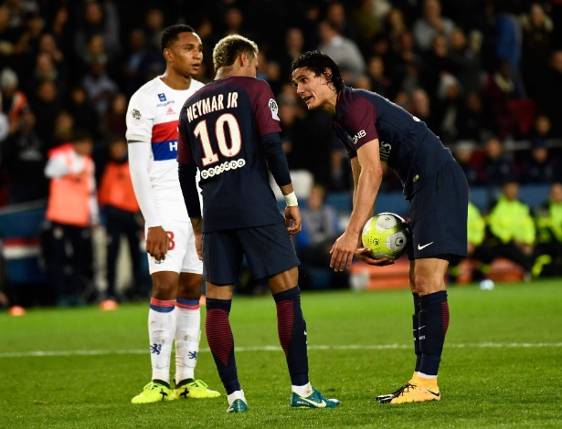 Cavani e Neymar antes de cobrança de pênalti no jogo do PSG contra o Lyon