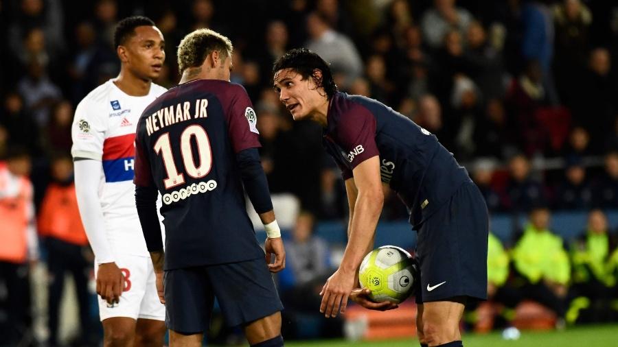 Cavani e Neymar antes de cobrança de pênalti no jogo do PSG contra o Lyon - CHRISTOPHE SIMON/AFP