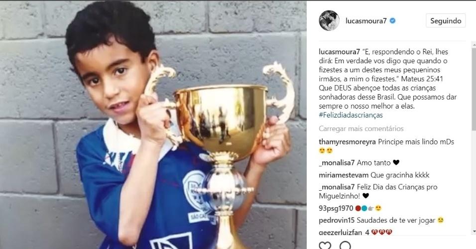 Lucas Moura posta foto de quando era criança
