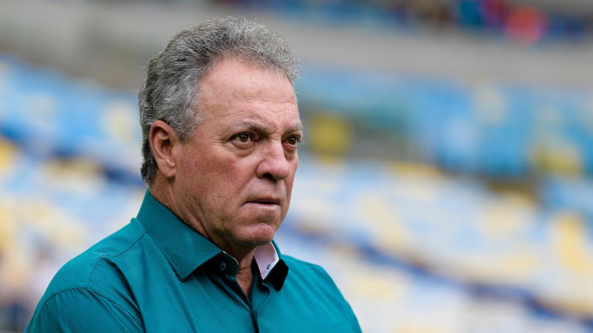 O técnico Abel Braga comanda o Fluminense contra o Avaí