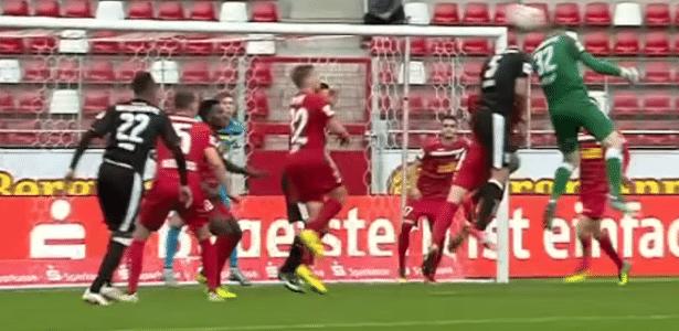 Goleiro Tom Müller faz golaço de cabeça na terceira divisão da Alemanha - Reprodução/Youtube