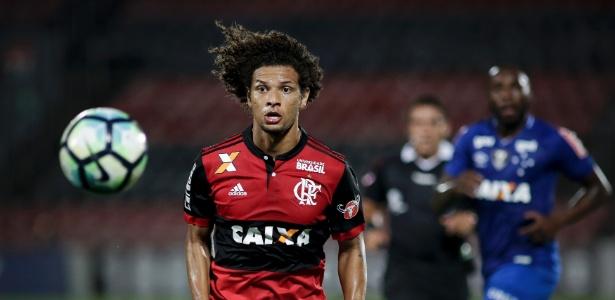 William Arão em ação pelo Flamengo; volante interessa ao Inter, agora de R. Caetano