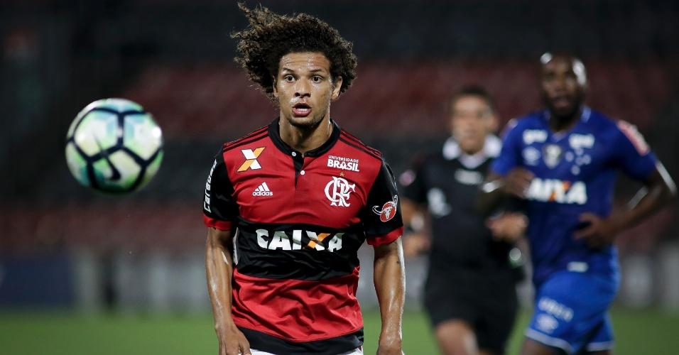 William Arão ajeita bola durante jogo entre Flamengo e Cruzeiro pelo Campeonato Brasileiro