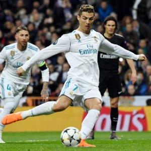 Cristiano Ronaldo acerta cobrança de pênalti na partida contra o PSG