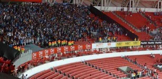 Torcedores de Inter e Grêmio arremessam cadeiras em briga no final do clássico