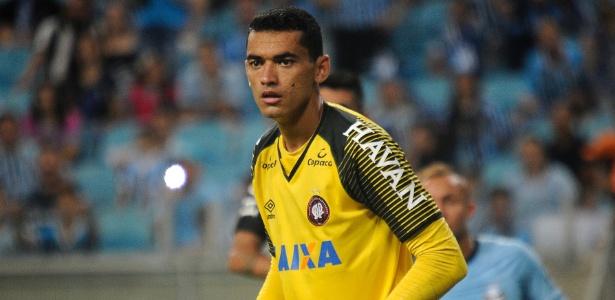O goleiro Santos, do Atlético-PR, usou celular durante o jogo contra o Atlético-MG