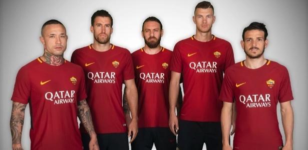 Jogadores da Roma exibem camisa com patrocínio da Qatar Airways