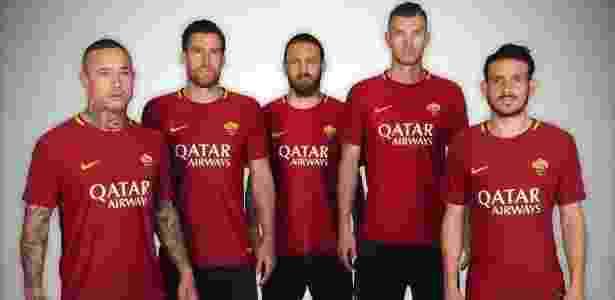 Jogadores da Roma exibem camisa com patrocínio da Qatar Airways - Divulgação/Roma