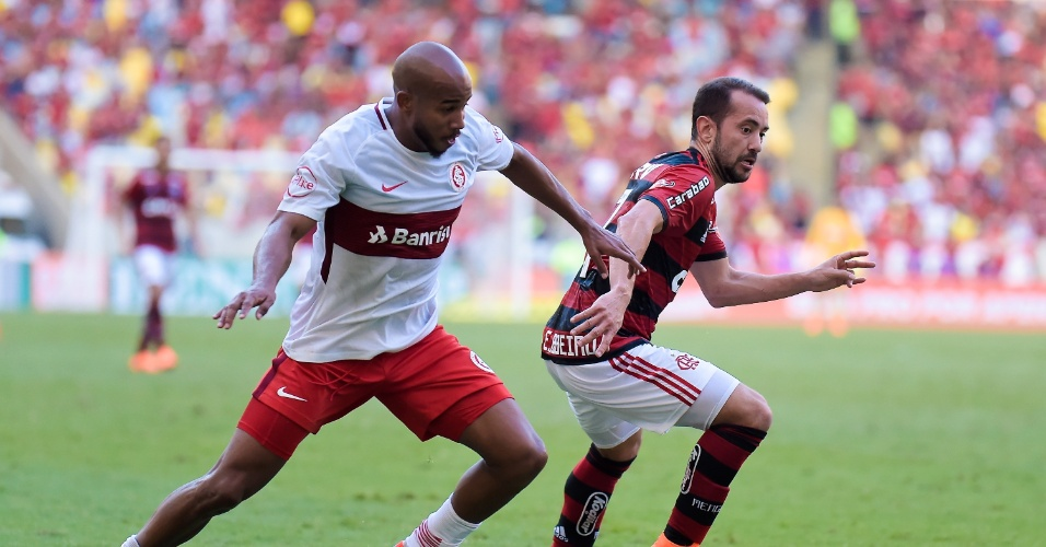 Patrick e Everton Ribeiro disputam bola em Flamengo x Internacional pelo Campeonato Brasileiro