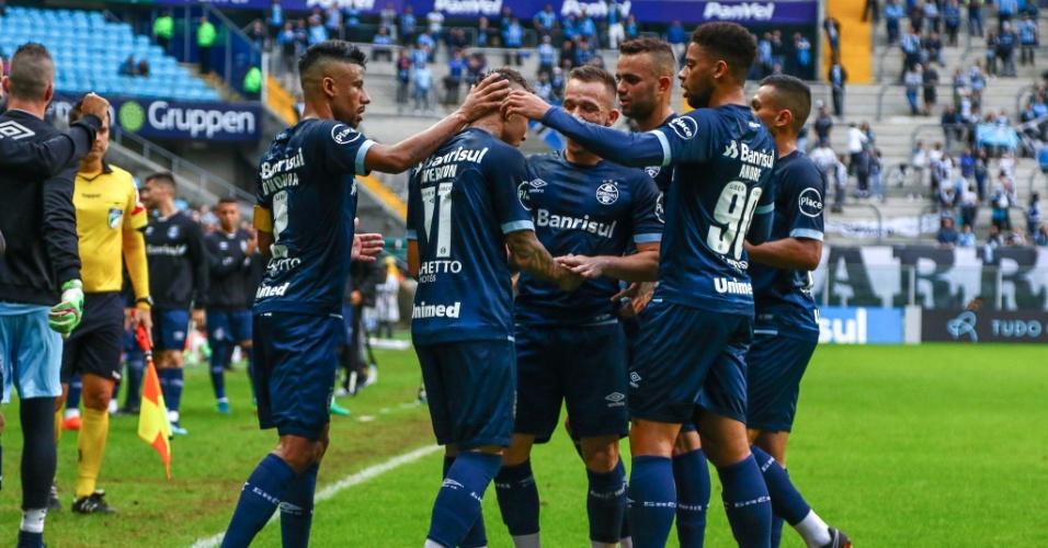 Jogadores do Grêmio cumprimentam Everton após gol sobre o América-MG