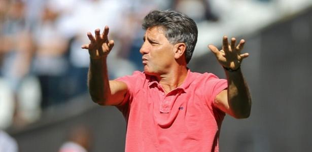 Treinador do Grêmio ainda estuda quem ficará no lugar de volante vendido ao Barça