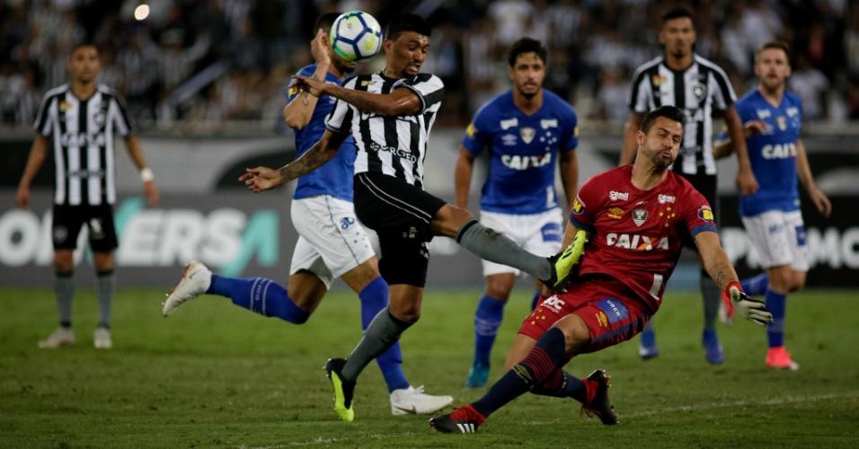 Fábio defende chute de Kieza durante Botafogo x Cruzeiro