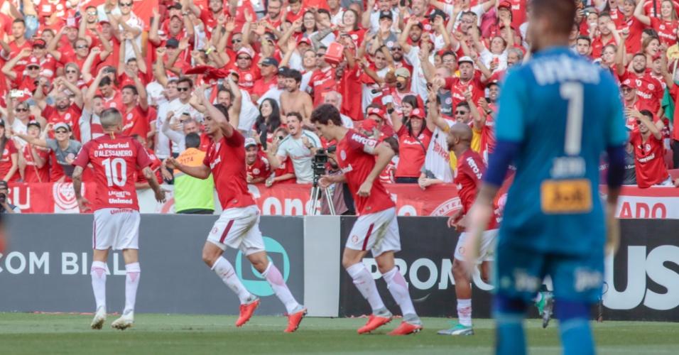 Damião comemora gol do Internacional com D'Alessandro no Beira-Rio