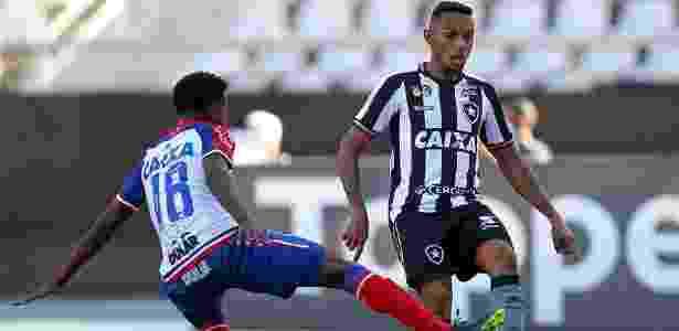 Gilson recebe a marcação de Ramires no jogo entre Botafogo e Bahia - Vítor Silva/SSPress/Botafogo - Vítor Silva/SSPress/Botafogo