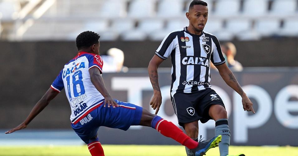 Gilson recebe a marcação de Ramires no jogo entre Botafogo e Bahia