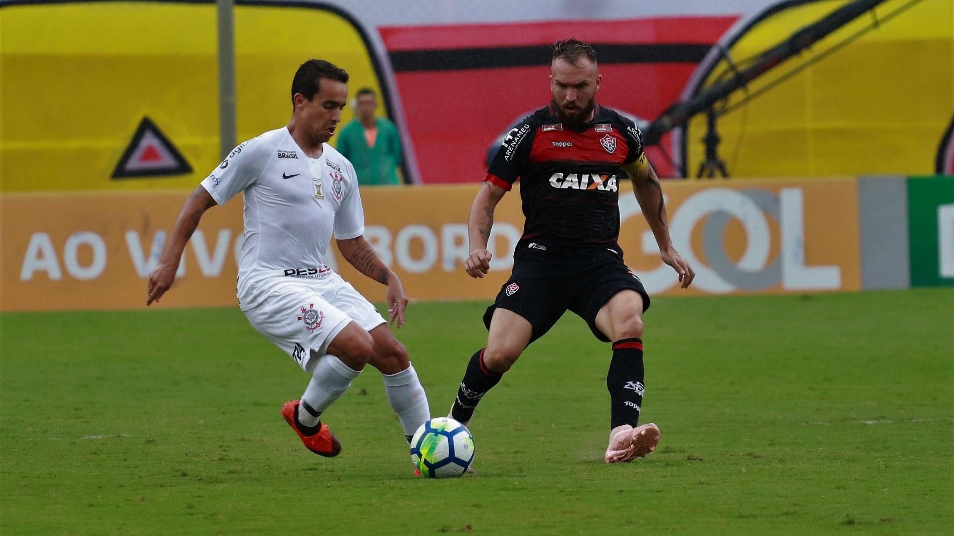 Jadson é marcado por Willian Farias na partida entre Vitória e Corinthians