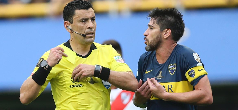 O árbitro Roberto Tobar apitou o primeiro jogo da final entre Boca Juniors e River Plate - Juan Ignacio Roncoroni/EFE