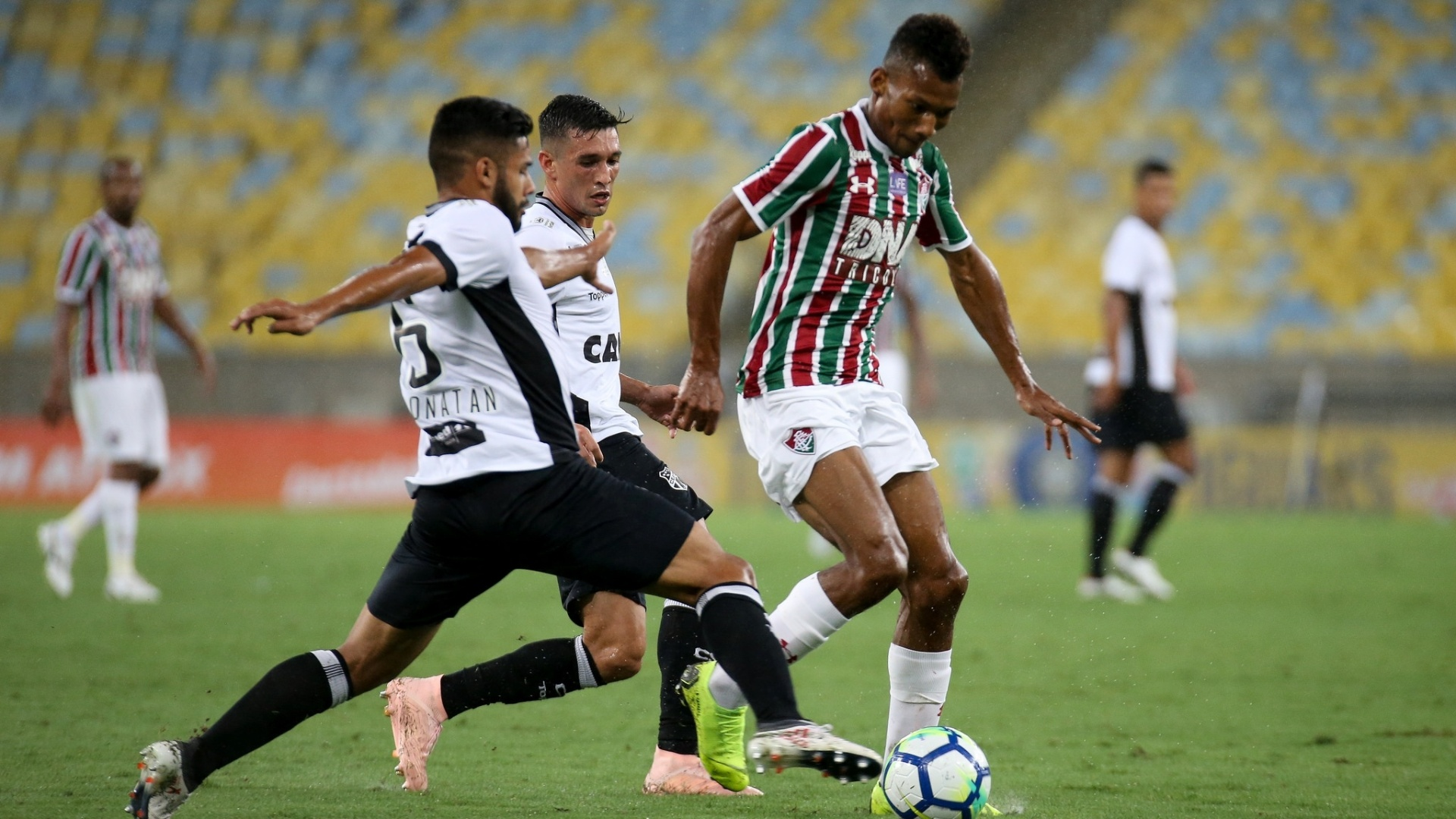Fluminense e Ceará jogaram com pouca torcida no Maracanã