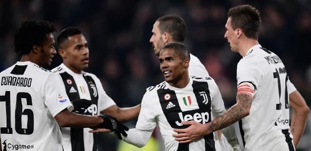 Douglas Costa entre jogadores da Juventus - Marco Bertorello/AFP