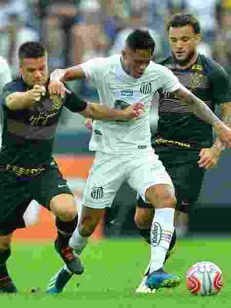 Disputa de bola em partida do Santos contra o Corinthians em Itaquera - Mauro Horita/Estadão Conteúdo