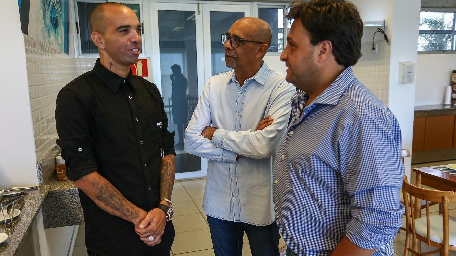 Diego Tardeli conversa com dirigentes do Grêmio no CT do clube - Lucas Uebel/Grêmio