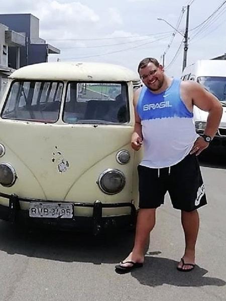 Darlan Romani, atleta do arremesso de peso, ao lado de sua kombi - Reprodução/Instagram