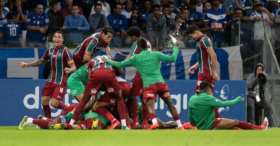 Jogadores do Fluminense comemora gol de João Pedro contra o Cruzeiro