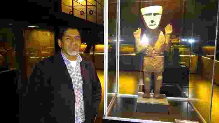 Arqueólogo Walter Tosso ao lado de exemplar de cuchimilco em museu de Lima - Adriano Wilkson/UOL