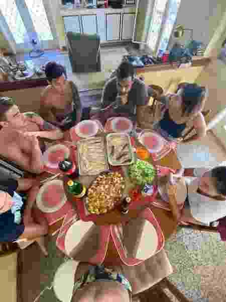 Nadadores almoçam juntos na casa em que estão durante a quarentana - Arquivo Pessoal