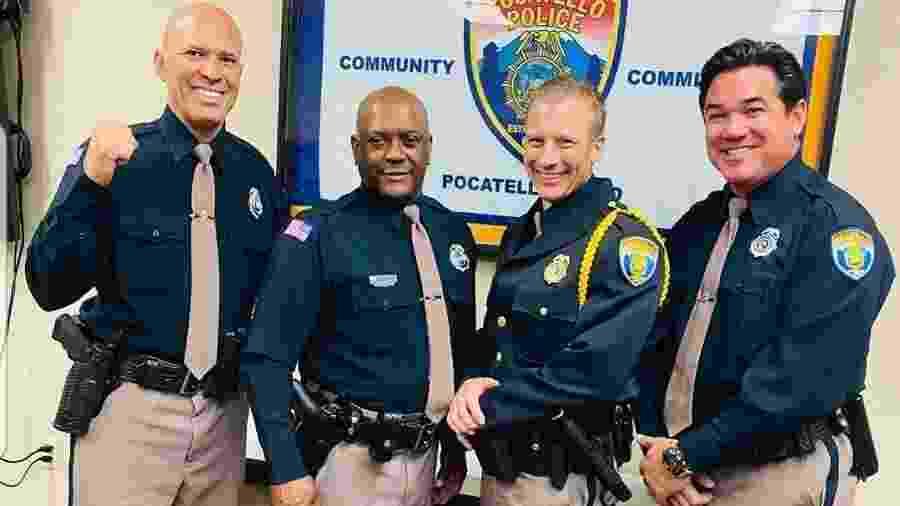 Royce Gracie (primeiro à esq.) e o ator Dean Cain (último à dir.) são homenageados com o título de policial reserva do Departamento de Polícia de Pocatello (EUA) - Reprodução/Instagram