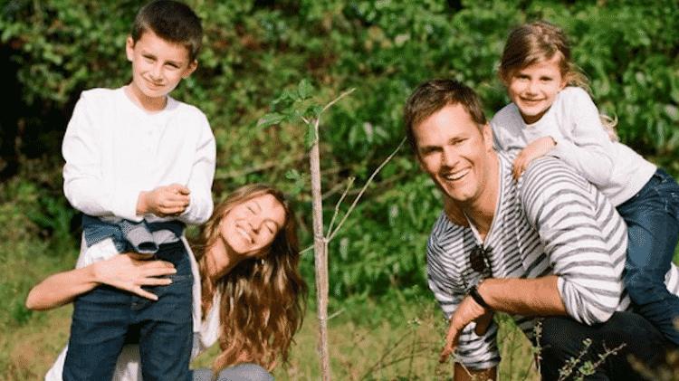 Gisele Bundchen sorri ao lado do marido Tom Brady e dos filhos Benjamin e Vivian - Reprodução/Instagram - Reprodução/Instagram