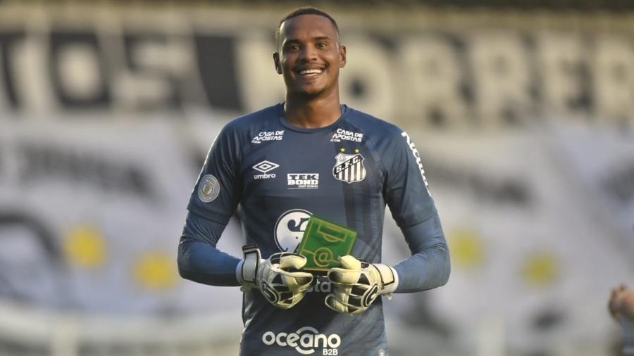 John, goleiro do Santos, recebeu o troféu de melhor em campo da transmissão da Globo na partida contra o Internacional - Ivan Storti/Santos FC