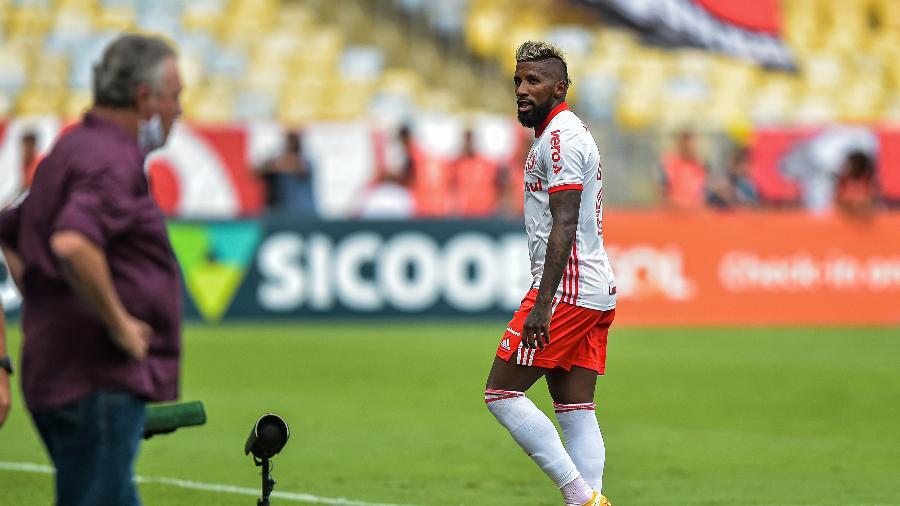 Rodinei após ser expulso contra o Flamengo - Thiago Ribeiro/AGIF