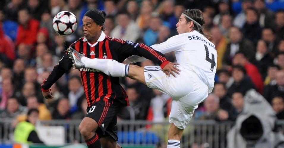 Ronaldinho Gaúcho e Sergio Ramos se enfrentando em Real Madrid x Milan