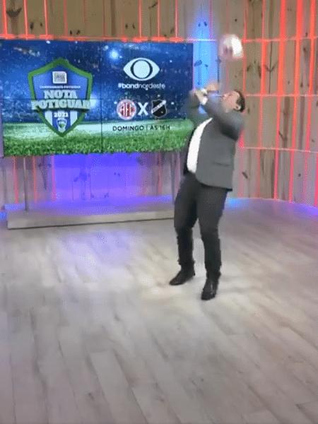 Jacson Damasceno cai ao tentar brincar com a bola - Reprodução/Band RN