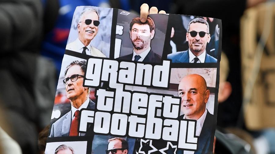 Torcedor levanta cartaz em protesto contra o projeto de Superliga da Europa - Mike Hewitt/Getty Images