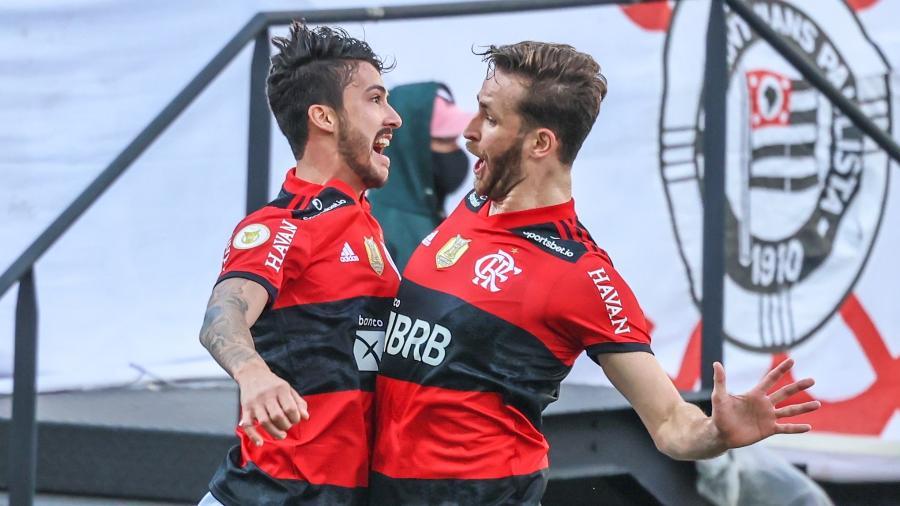 Gustavo Henrique comemora com Léo Pereira gol marcado pelo Flamengo contra o Corinthians - Marcello Zambrana/AGIF