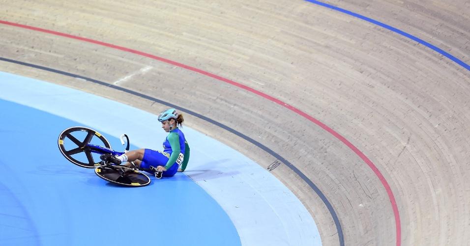 Brasileira Alice Tamirys cai durante a prova de keirin, do ciclismo feminino. Apesar disso, ela se classificou para a final da modalidade