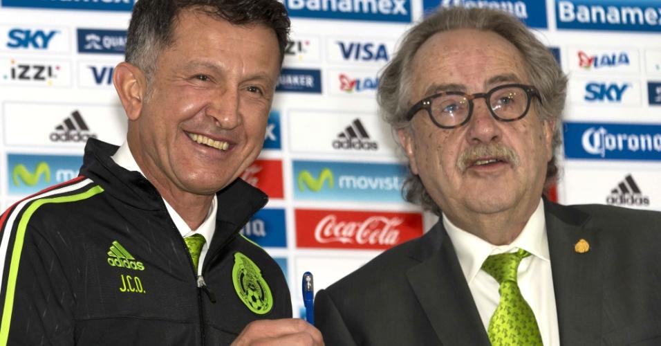 Juan Carlos Osorio recebeu uma caneta das mãos do presidente da Federação Mexicana de Futebol durante sua apresentação