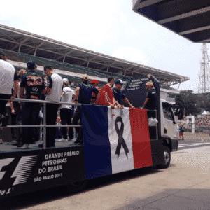 Caminhão leva bandeira da França dos dois lados - Reprodução