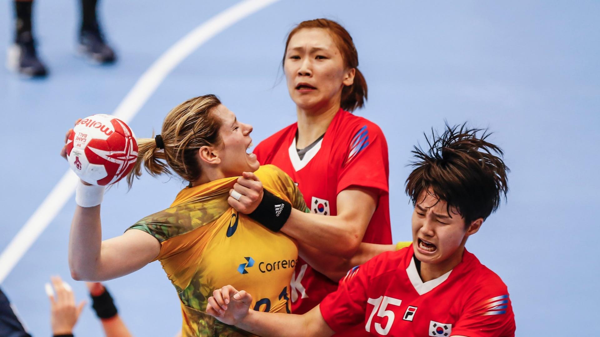 7aae8ee287 Deonise é agarrada pela sul-coreanas ao tentar arremesso na estreia do  Brasil
